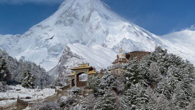 Красивый Тибетский храм посреди снежных гор