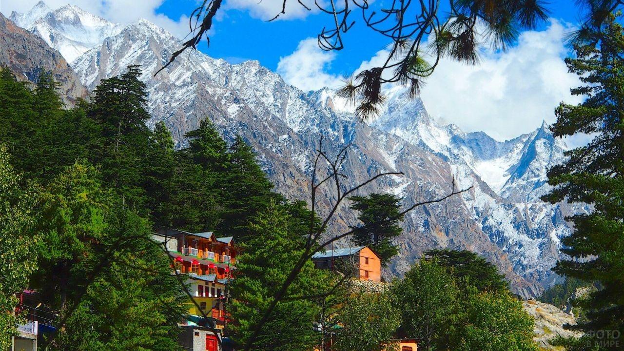 Небольшие домики у подножия величественных гор