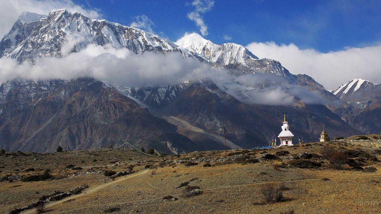 Одинокий храм у обрыва в Непале