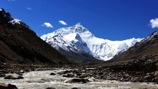 Ручей течёт через долину гор