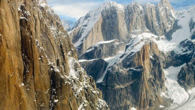 Скалистые горы усыпаны белым снегом