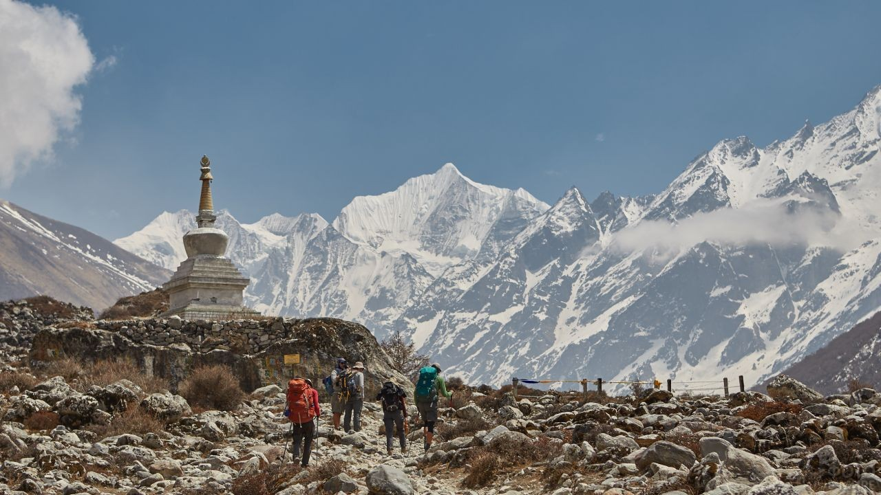 Туристы взбираются на гору с храмом