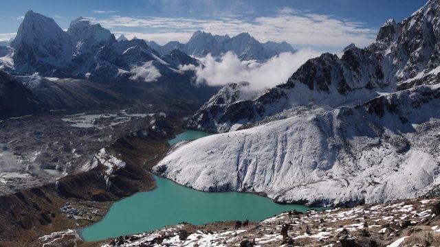 Вид сверху на прекрасный пейзаж дикой природы