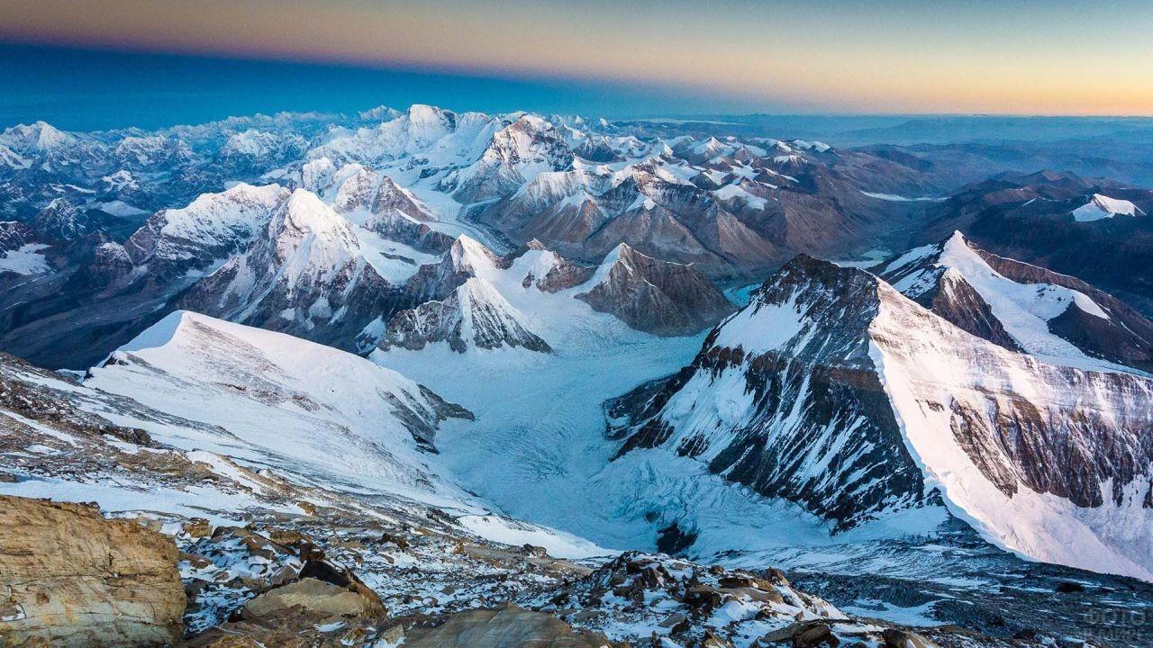 Вид сверху на заснеженные пики гор