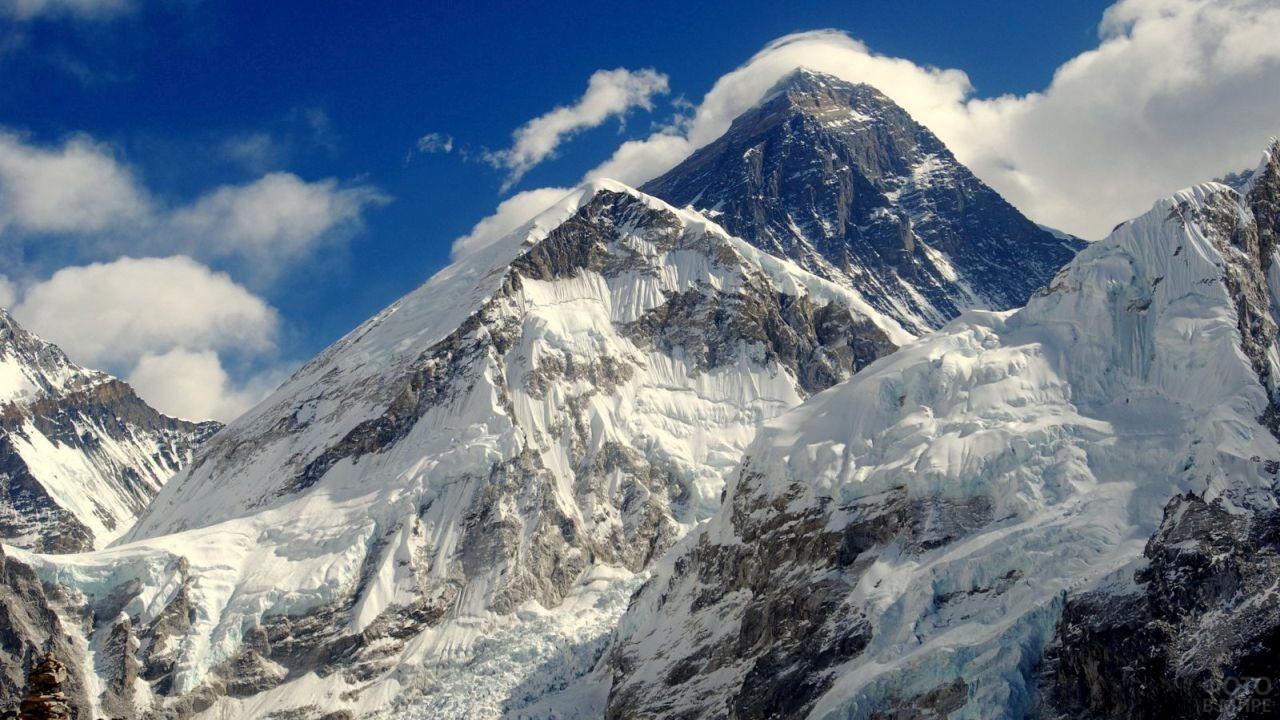 Высокий горный хребет покрыт снегом и льдом