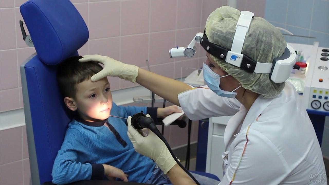 Детский ЛОР врач на приёме