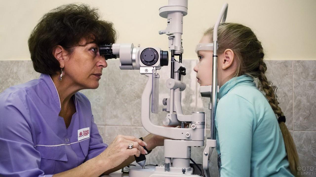 Офтальмолог осматривает ребёнка