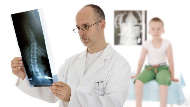 Ортопед изучает снимок