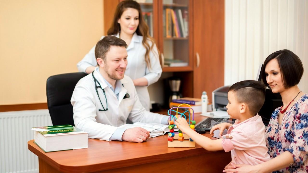 Педиатр во время приёма