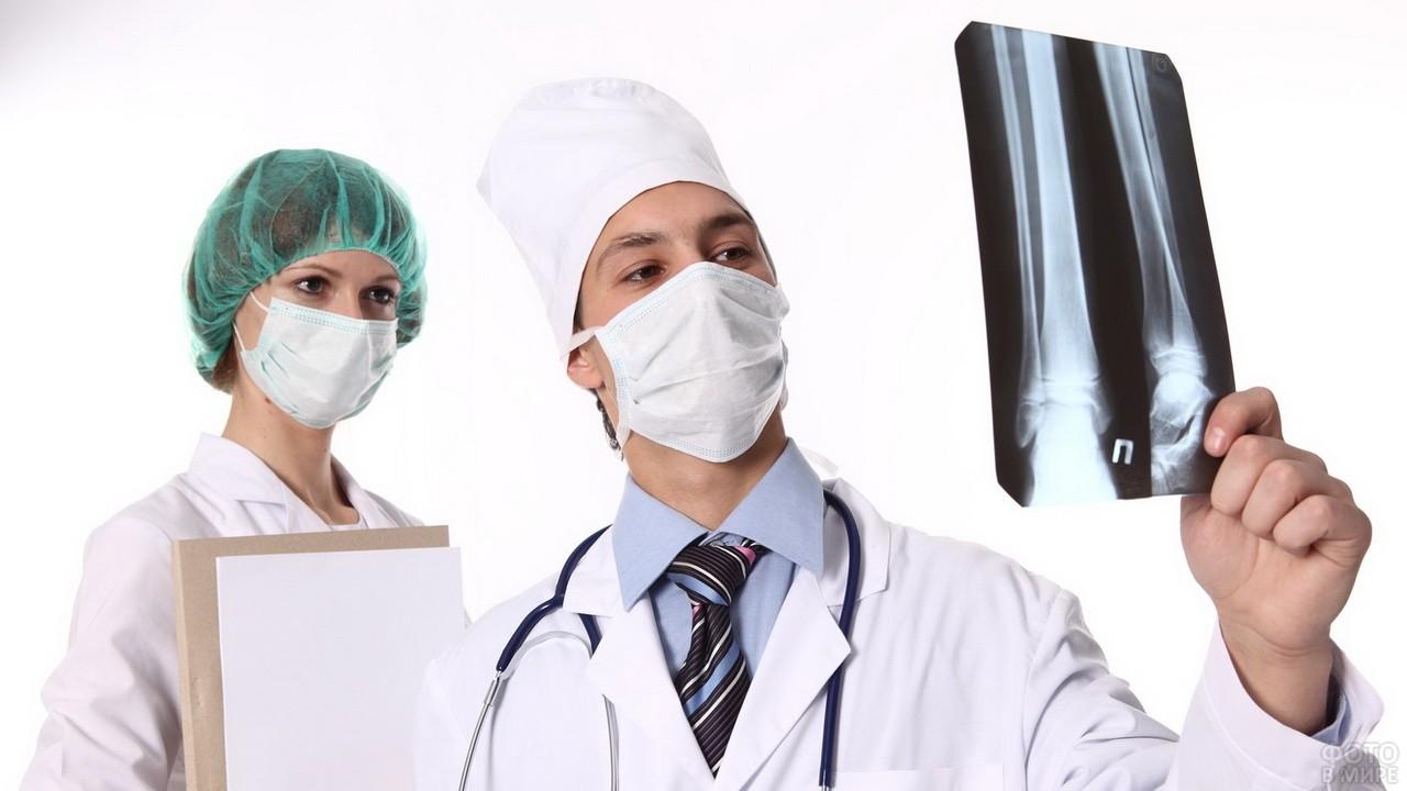Травматолог изучает снимок