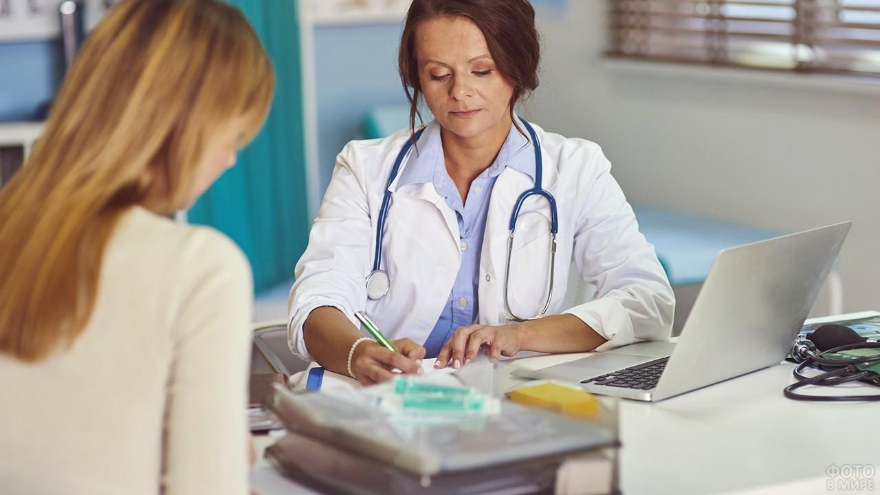 Врач делает назначения для пациента