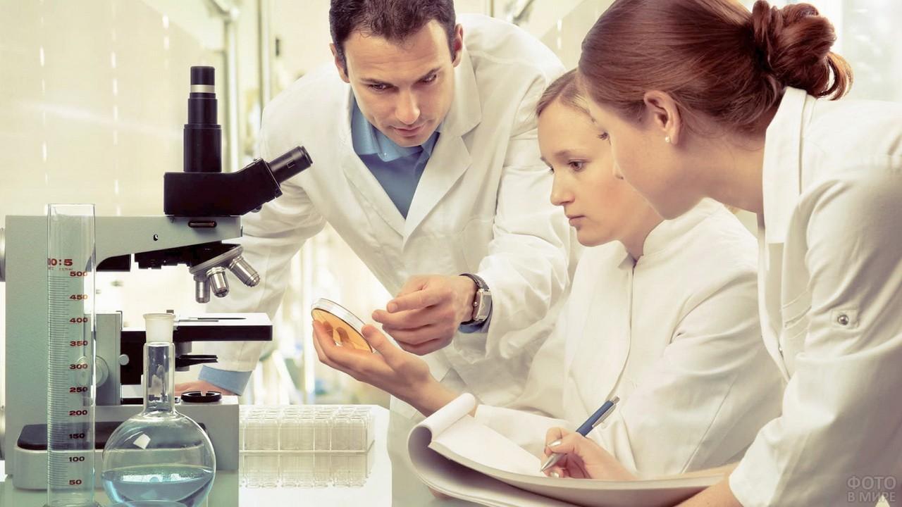 Врачи проводят лабораторные исследования
