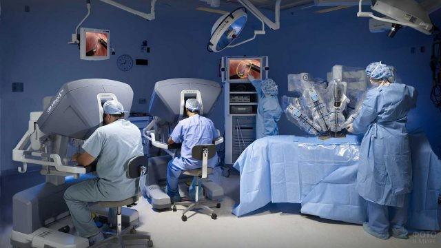 Врачи проводят операцию роботом да Винчи