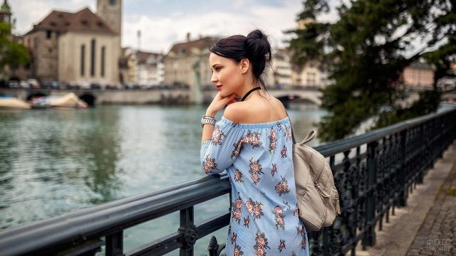 Ангелина Петрова с рюкзаком на набережной