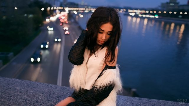 Девушка на крыше на фоне ночного города