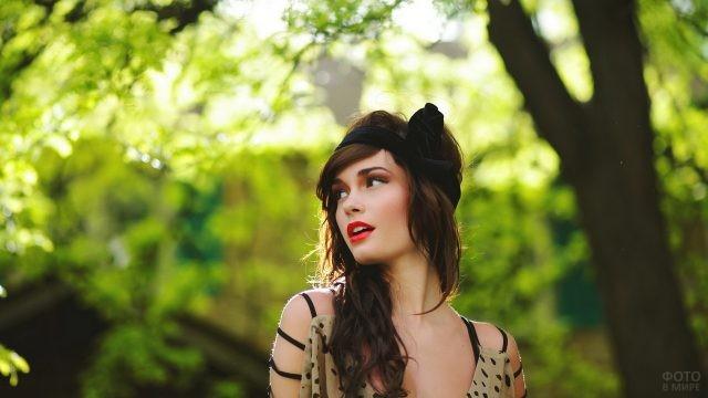 Девушка с ободком на голове в лесу