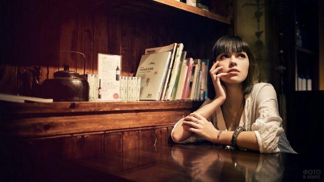 Девушка за столом в винтажной комнате
