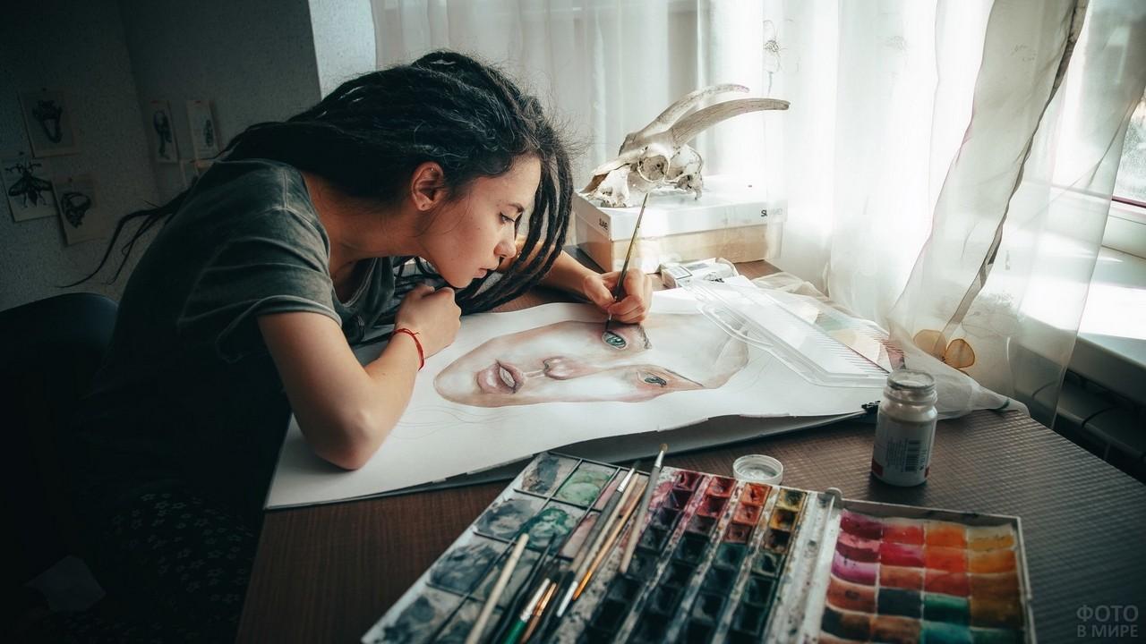 Художница с дредами пишет портрет