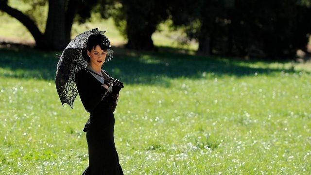 Кэти Перри с чёрным ажурным зонтом в лесу
