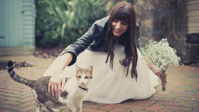 Невеста с букетом гладит кота
