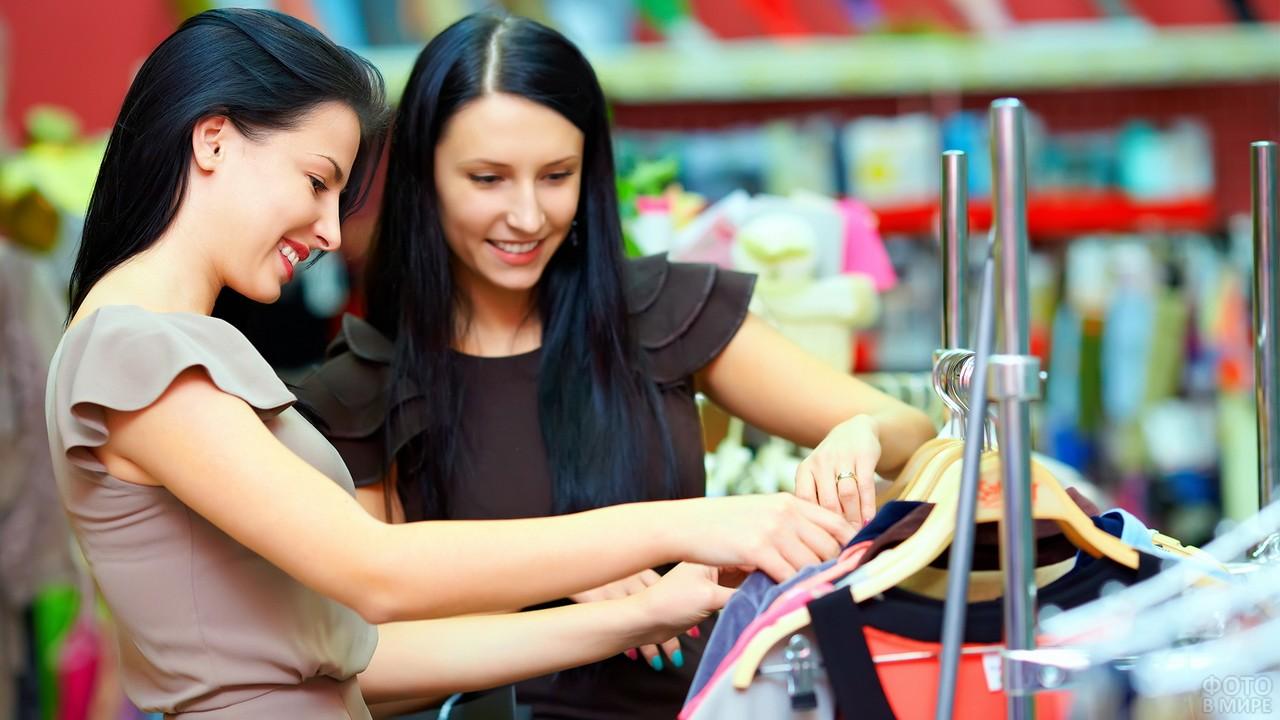 Подружки выбирают одежду в магазине
