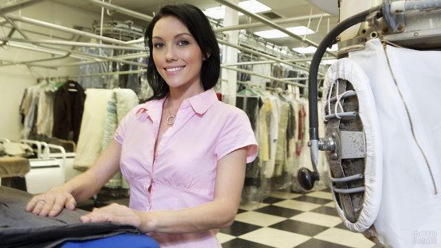 Работница прачечной складывает одежду