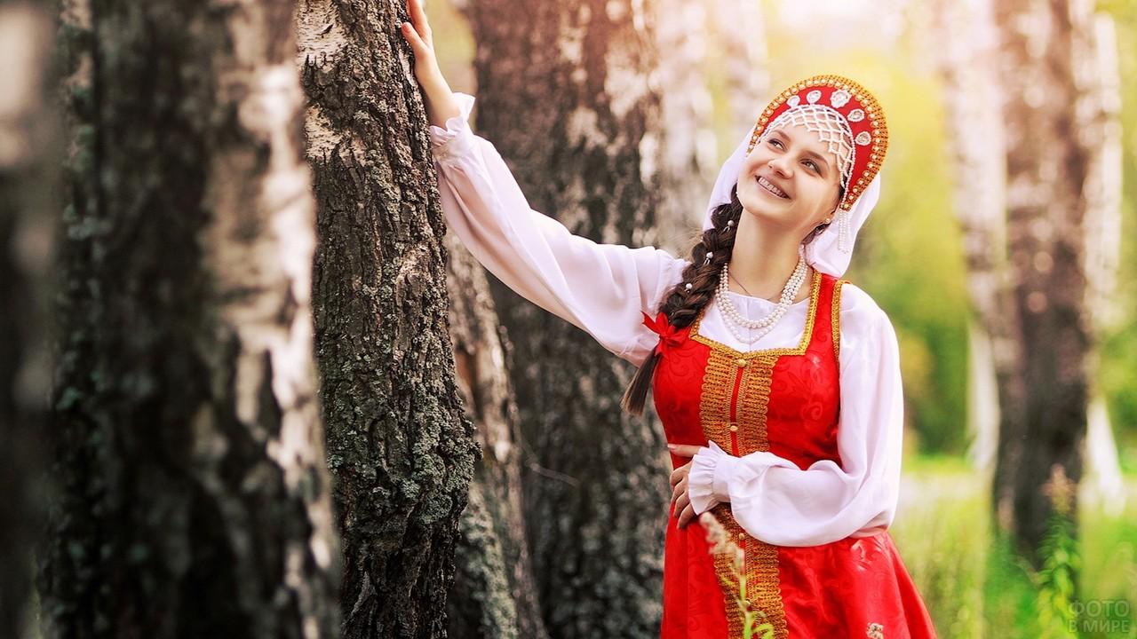 Русская красавица в кокошнике в лесу