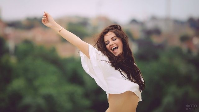 Счастливая девушка на улице