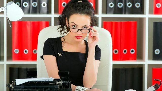 Секретарь в офисе за рабочим столом