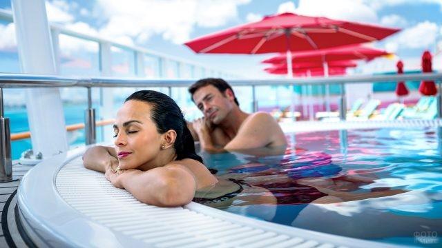 Туристы в бассейне на отдыхе