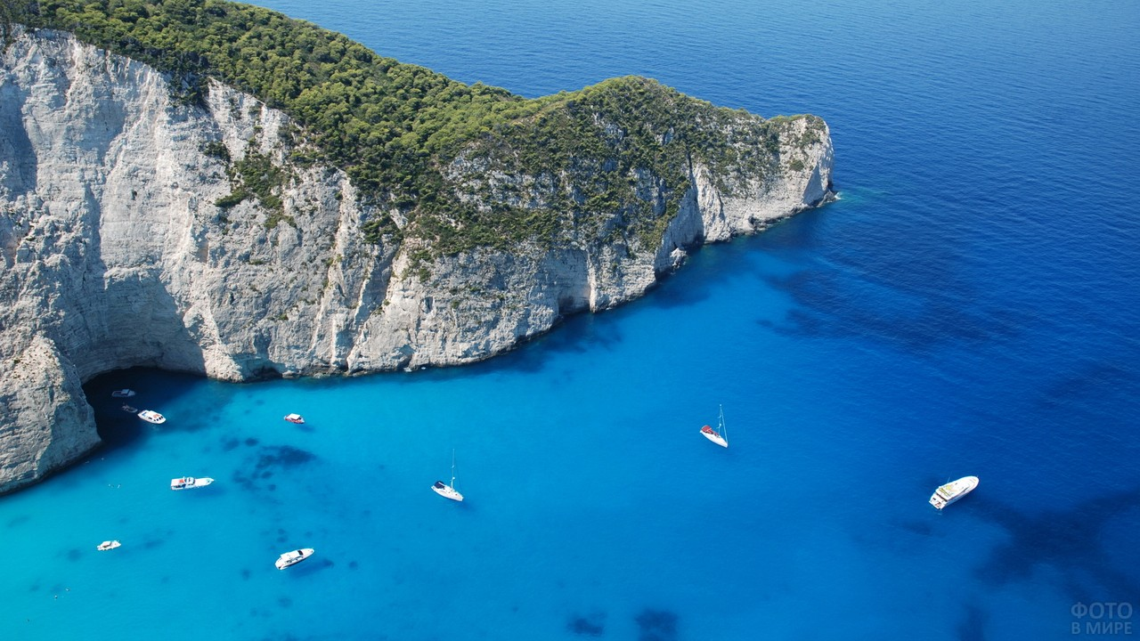 Катера у острова в Средиземном море