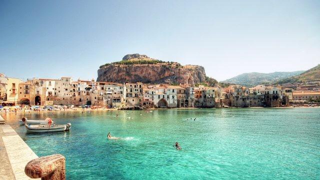 Курортный городок Чефалу в Сицилии