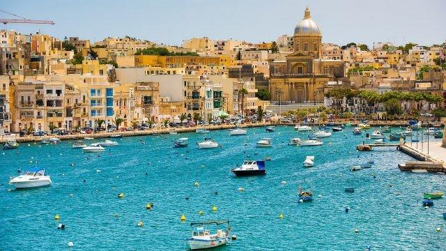 Мальтийская бухта усыпана катерами