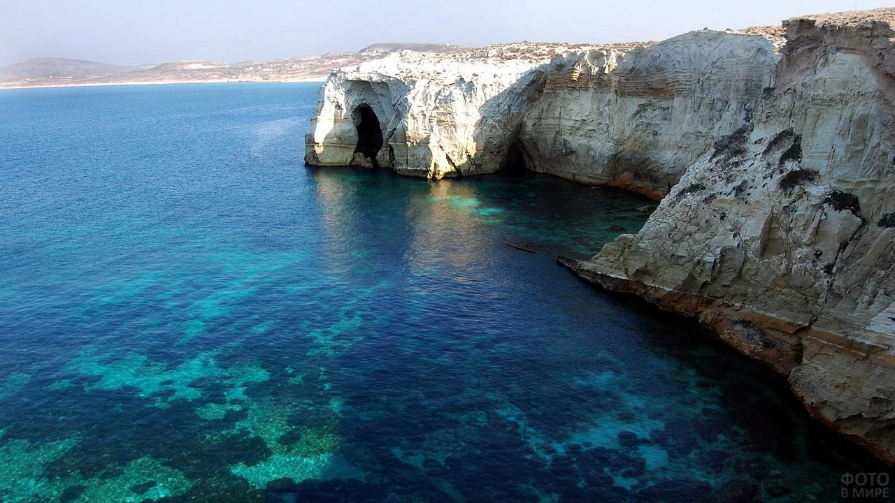 Скалы на острове Милос в Греции
