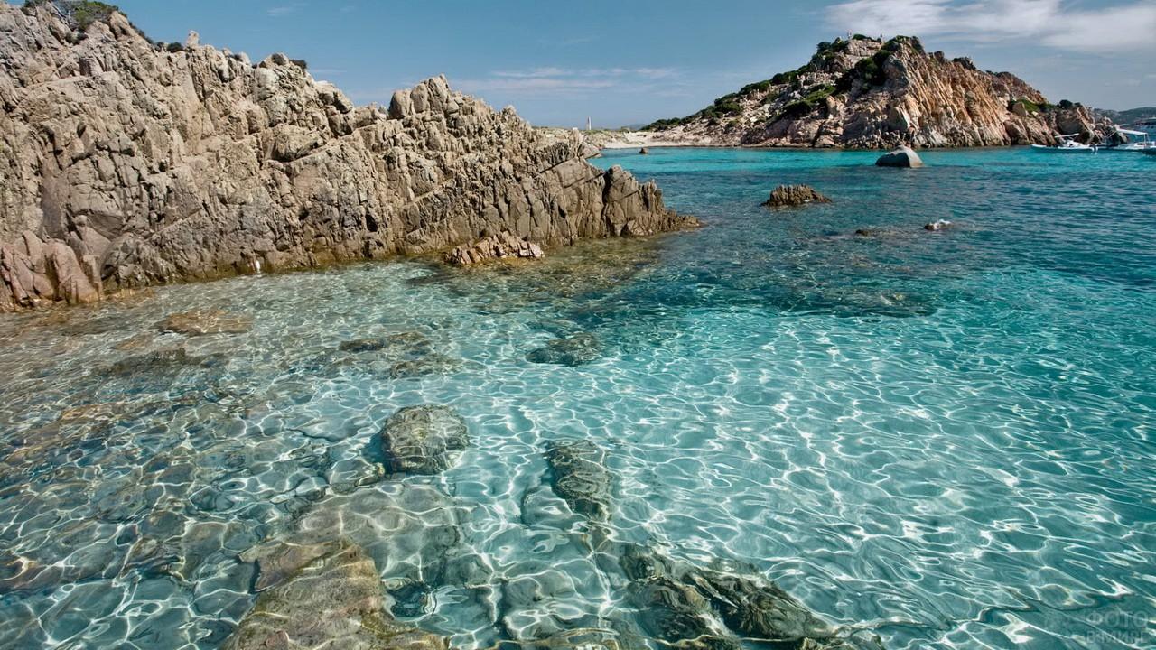 Скалы выступают из моря