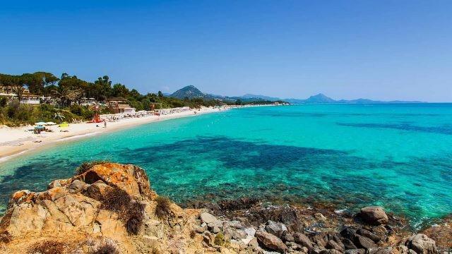 Солнечный пляж Сардинии