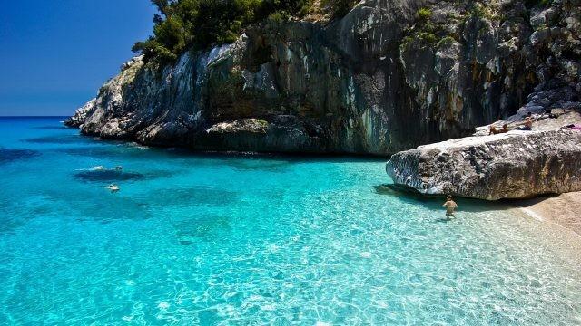 Туристы на пляже Сардинии