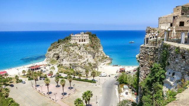 Замок на горе у моря в Реджо-ди-Калабрии