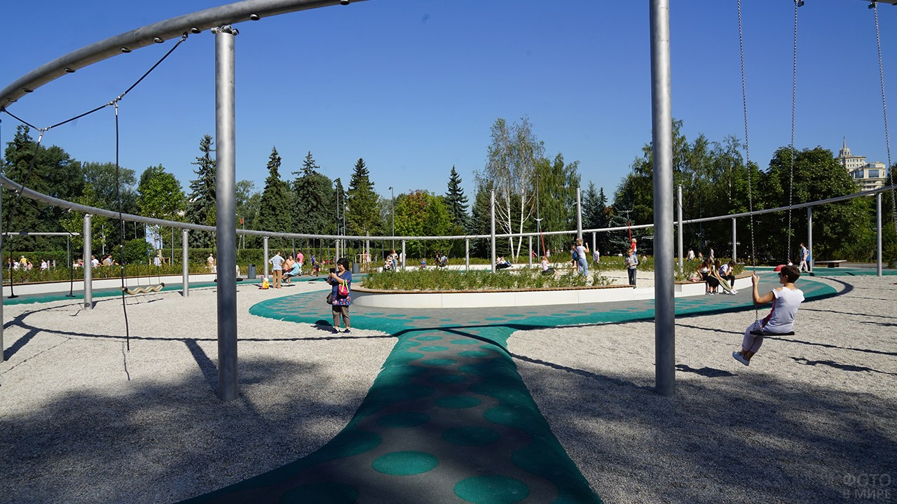 Качели на просторной детской площадке Салют