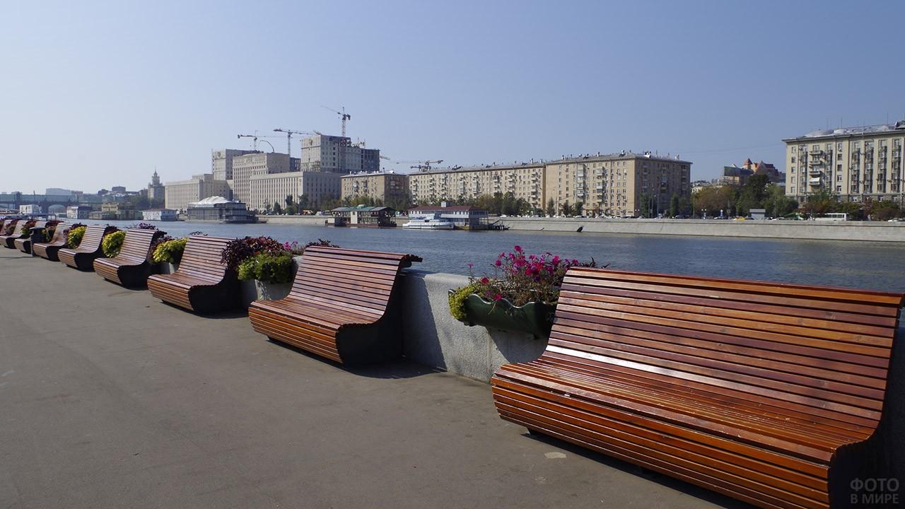 Лавочки на набережной Москвы-реки