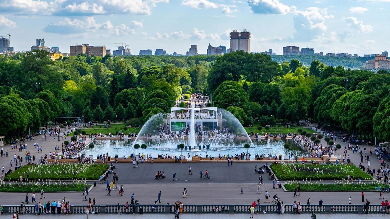 Людная площадь у фонтана на центральной аллее