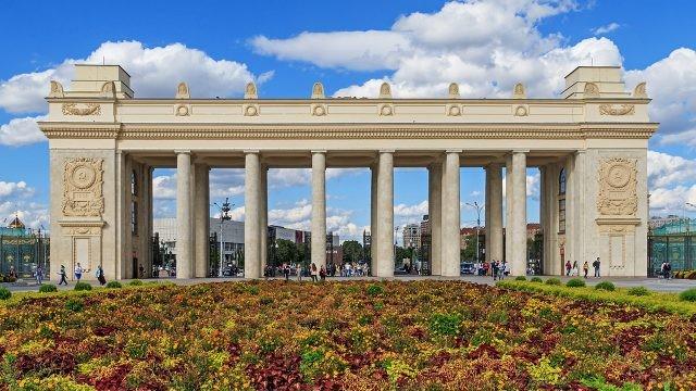 Монументальная арка центрального входа