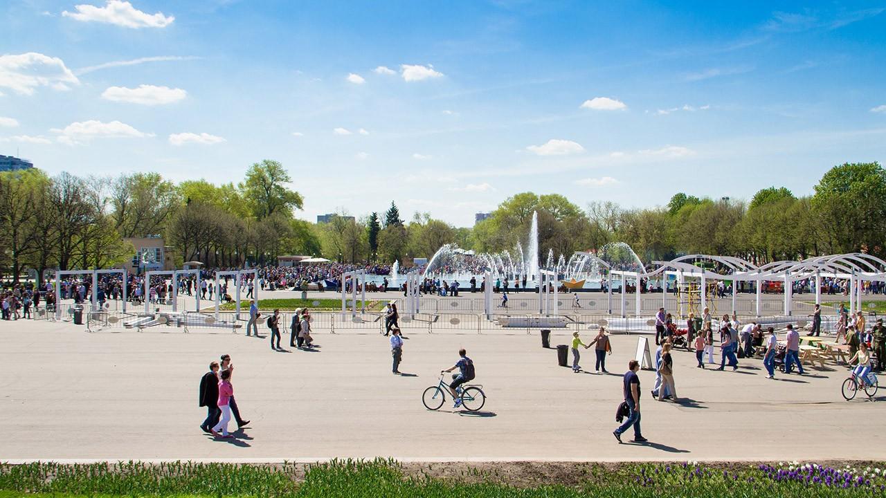 Пешеходы и велосипедисты у фонтана