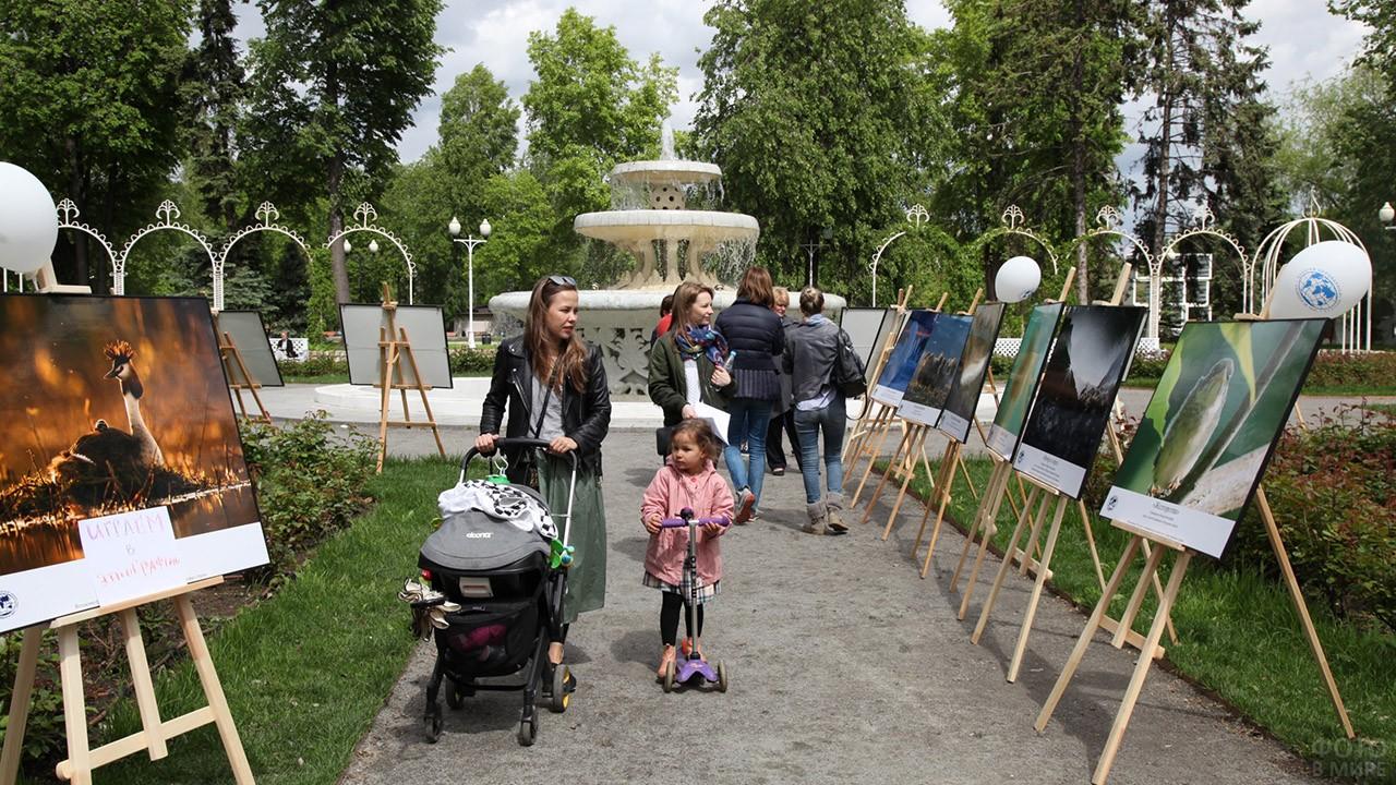 Посетители фотовыставки в Розарии