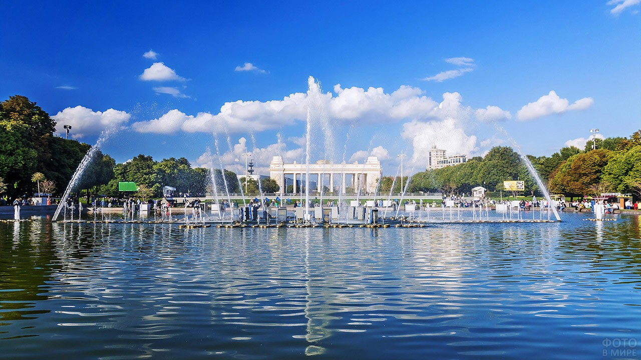 Струи фонтана на фоне летнего неба