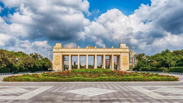 Живописная летняя панорама Центрального входа
