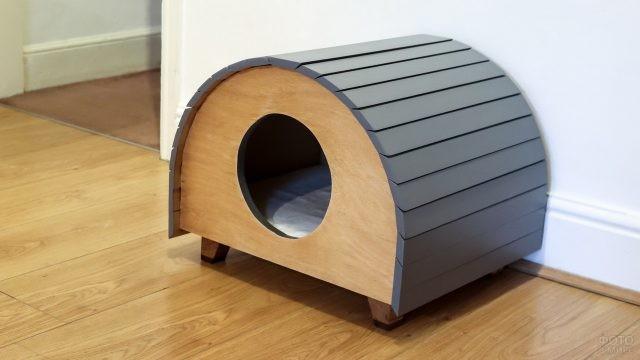 Домик для кошки в комнате