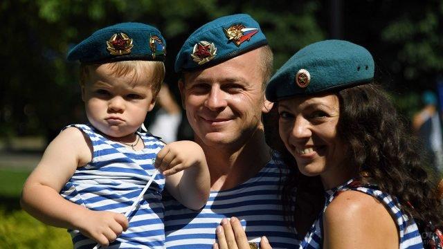 Десантник с супругой и малышом на руках в День ВДВ в Москве