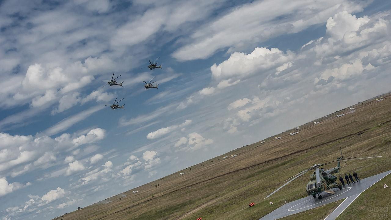 Четвёрка военных вертолётов в небе