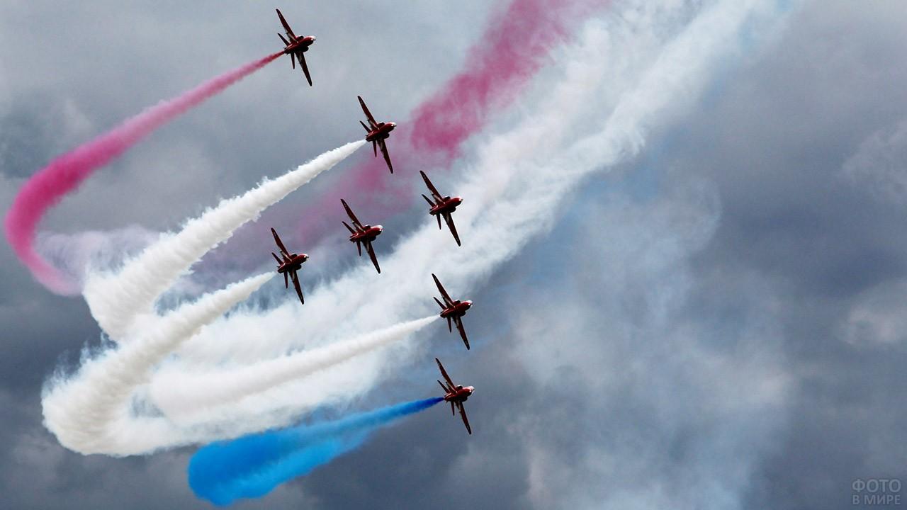 Цветной дым за самолётами на показательных выступлениях